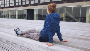 Adolescente-sentada-espalda